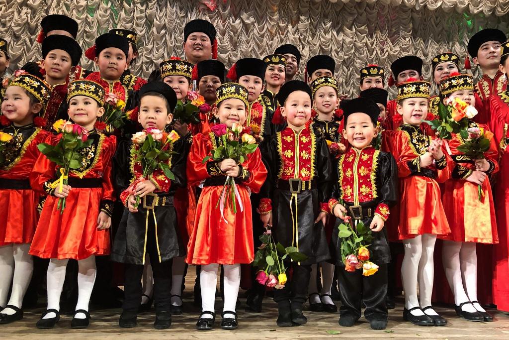Kinder in traditioneller Kleidung