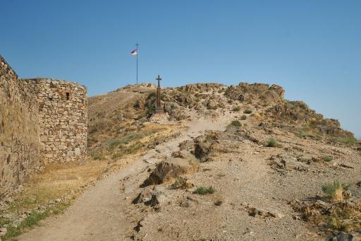Hügel mit Flagge beim Kloster Chor Virap