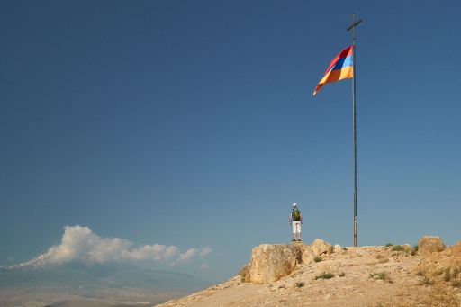 Hügel mit Flagge vor dem Berg Ararat