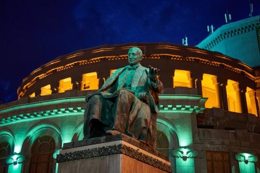 Jerewan Opernhaus bei Nacht