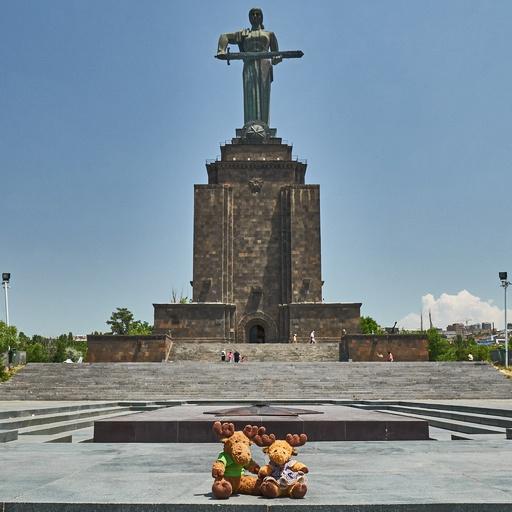 Mutter Armenien Statue mit Hauge und Swedy