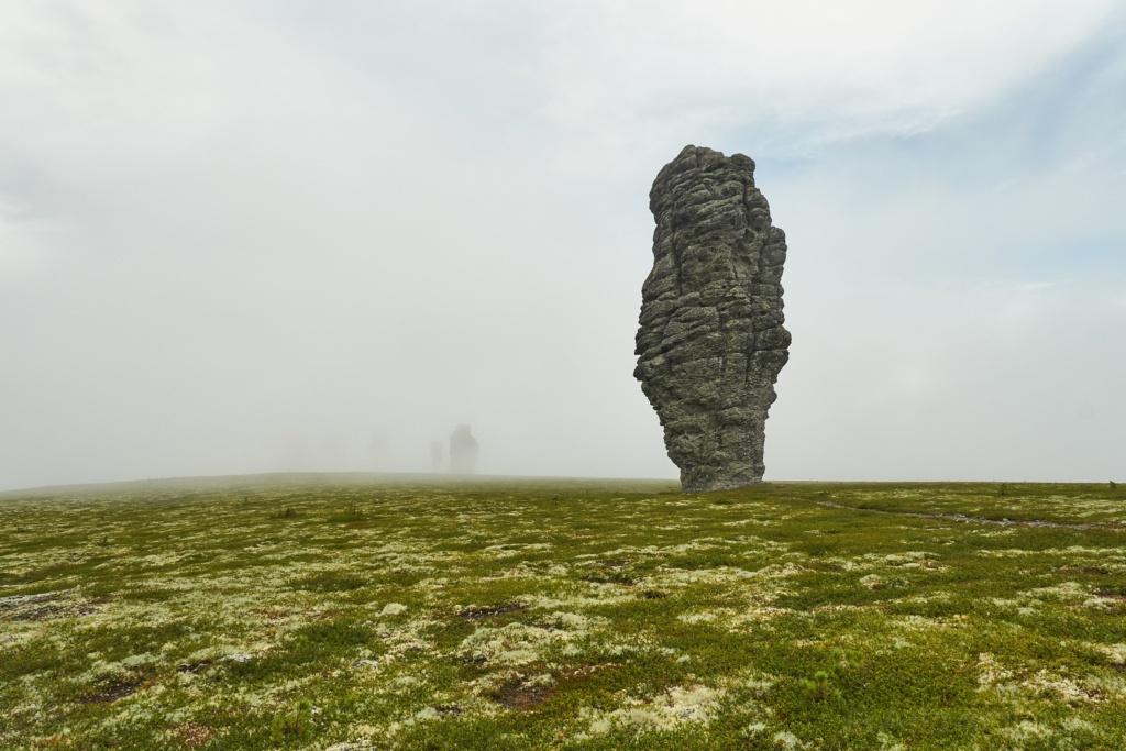 Manpupunior-Felsen im Nebel
